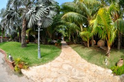 walkway to the sea, Sun Reef - Wanderweg von Gartenbungalows zum Meer