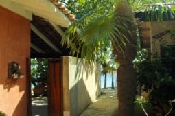 walkway to the sea between the office and the oceanfront bungalow Dolphin - Wanderweg von Gartenbungalows zum Meer